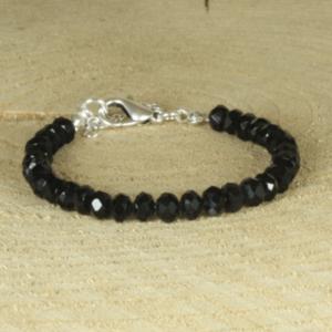 stijlvolle armband met facetgeslepen zwarte glaskralen