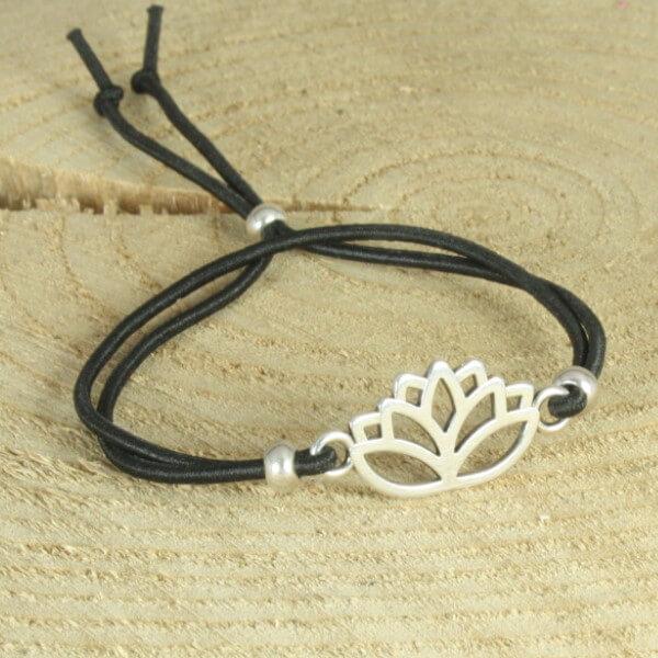 elastisch armbandje met lotusbloem zwart