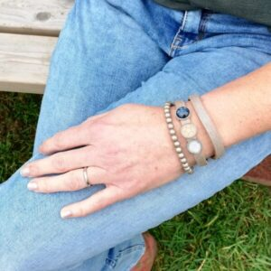 leren wikkelarmband lichtgrijs blauw